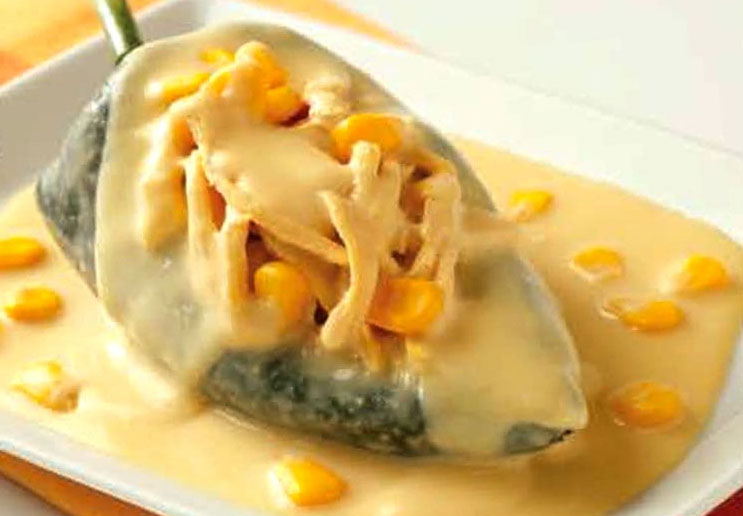 Prepara Chiles rellenos de Pollo en salsa de Elote